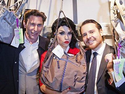"""Karl Ammerer, Tamara Mascara und Marcos Valenzuela zeigen sich beim Opening von """"1 Bag 100 Smiles"""" angetan"""