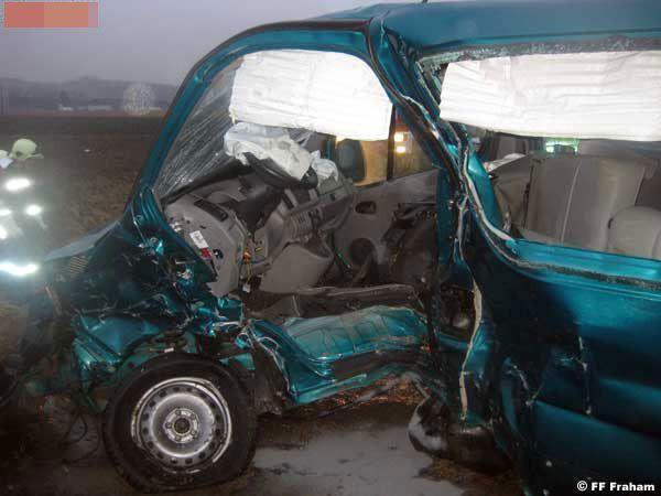 Die Mutter der beiden Kinder wurde im Auto eingeklemmt und musste mittels Bergeschere aus dem Fahrzeug befreit werden.