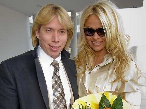 Besuch in der Lugner City: Pamela Anderson landete am Sonntag am Flughafen Wien-Schwechat.