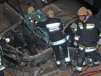 Die Feuerwehr musste den Unfallwagen aus einer fünf Meter tiefen Baugrube bergen
