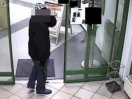 Einer der beiden Männer, die den Bankomat-Einbruch im Bezirk Wiener Neustadt versuchten