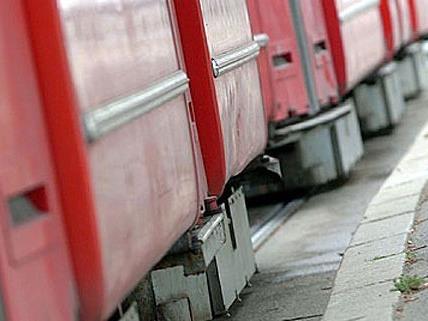 Eine Radfahrerin wurde bei einem Unfall mit einer Straßenbahn in Leopoldstadt schwer verletzt