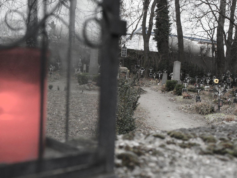 Manche Gräber am Friedhof der Namenlosen sind gepflegt und mit Namen versehen.