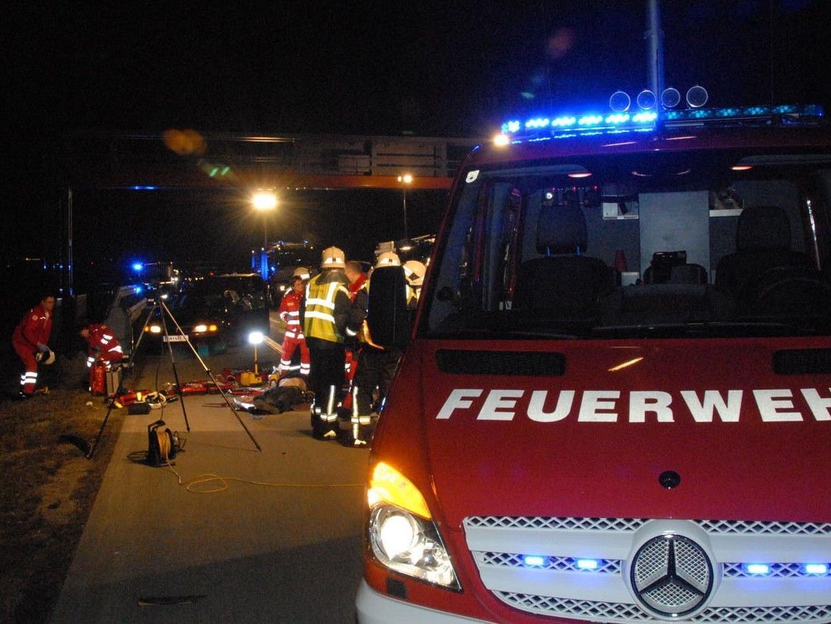 Auf der A2 wurde ein Mann von einem Klein-Lkw erfasst und getötet.