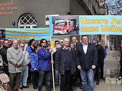 """""""Unsere Feuerwehr muss bleiben!"""" forderte die FPÖ bei der Demo in Brigittenau"""