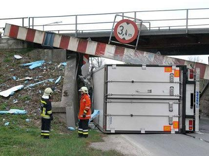 Am Donnerstag kam es zu einem schweren Unfall, wel der Lenker eines Lkws die Höhenbegrenzung übersehen hatte.