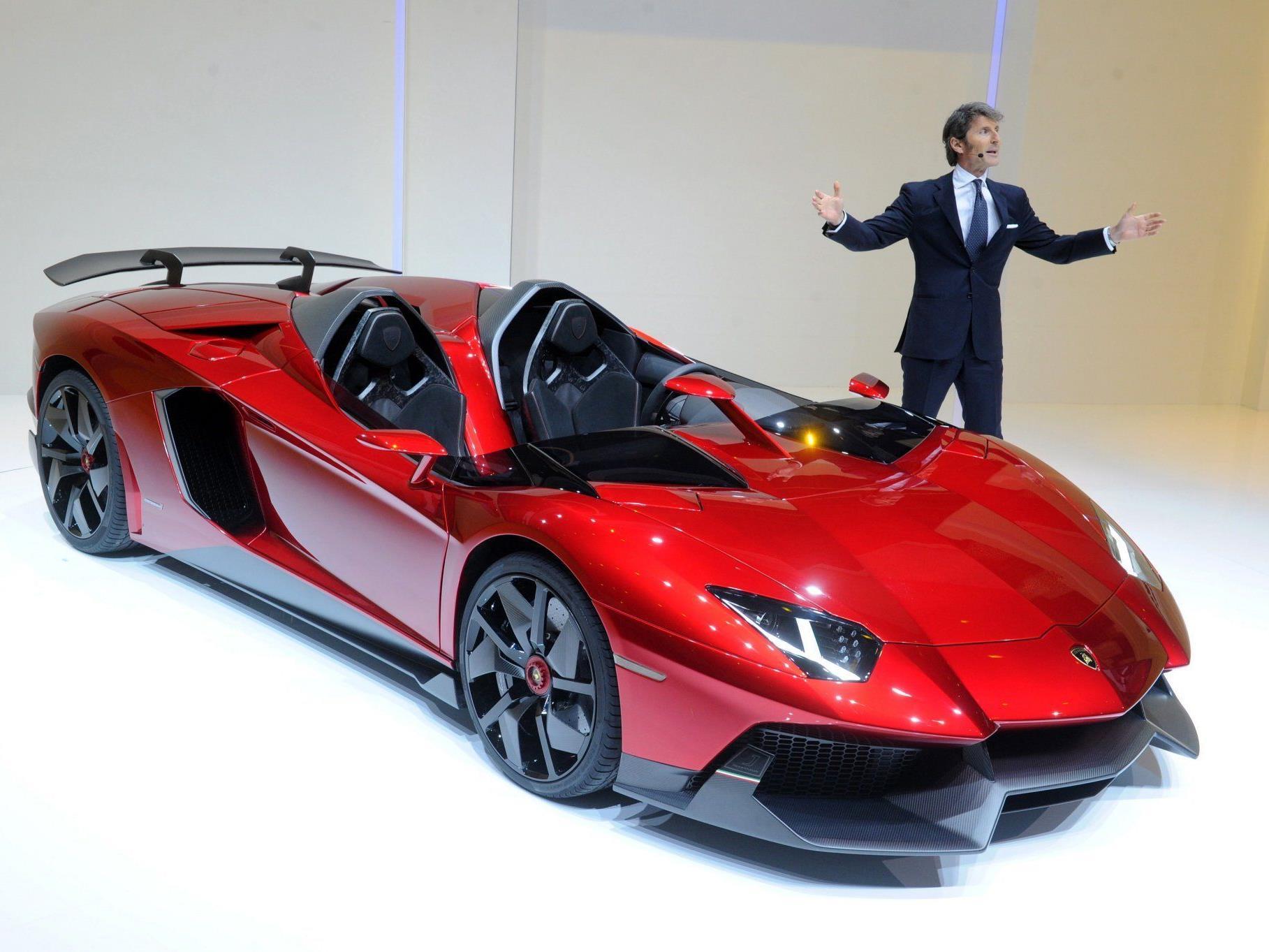 Lamborghini-Chef Stephan Winkelmann präsentiert den Lamborghini Mentador J.