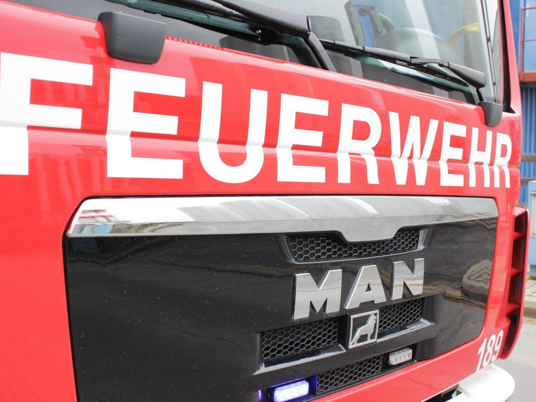 Explosive Materie im Kanal: Die Einsatzkräfte der Feuerwehr waren die ganze Nacht in Himberg im Einsatz.