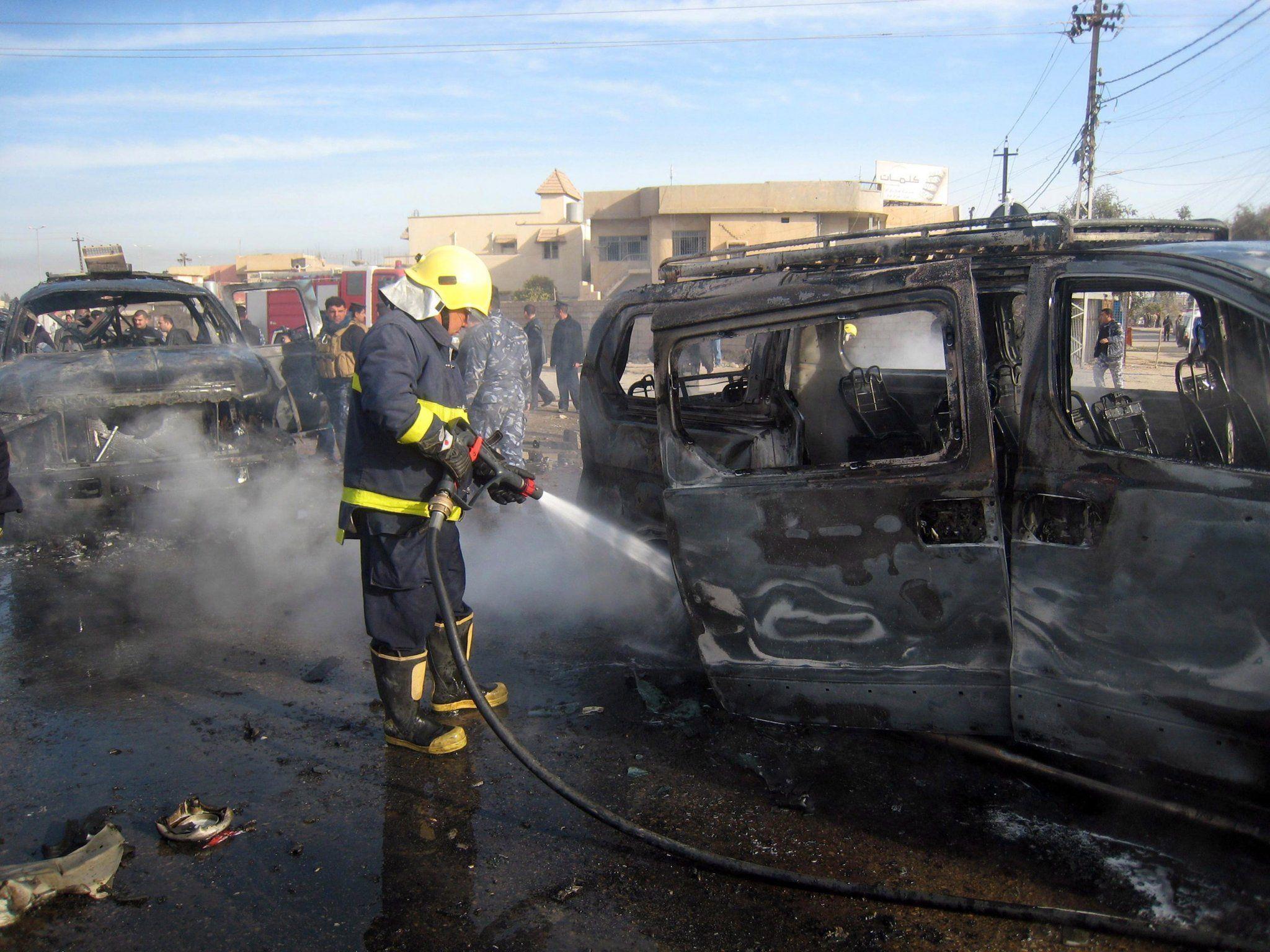 Für irakische Feuerwehrleute gehören Bombenwracks beinahe zum Alltag.
