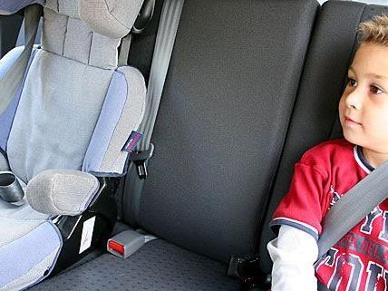 Auch wenn ein Kindersitz vorhanden ist: Wenn es schnell gehen muss, wird oft nicht genug auf Kindersicherheit geachtet