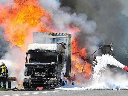 Ein Lkw fing unter der Fahrt auf der A21 plötzlich Feuer