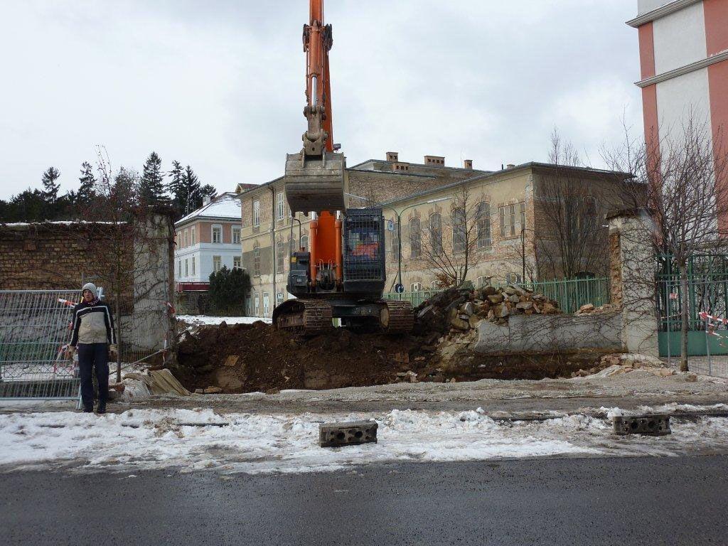 Acht Meter Mauer mussten am Steinhof weichen. Die Anrainer wollten wissen: Wofür?