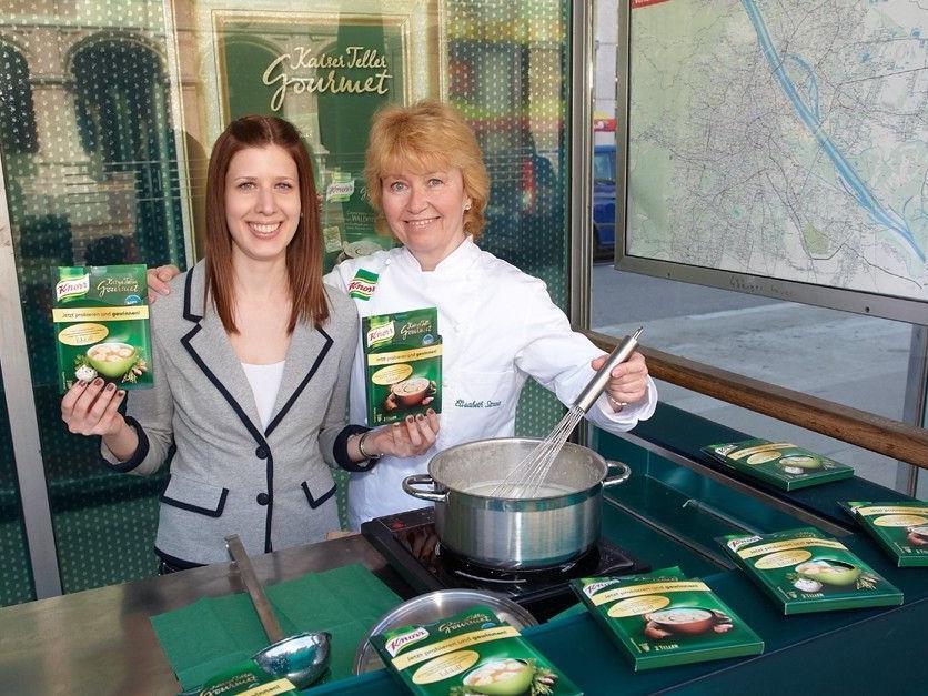 Pia Villa und Elisabeth Strunz bei der Knorr Gourmet Station bei der Oper.