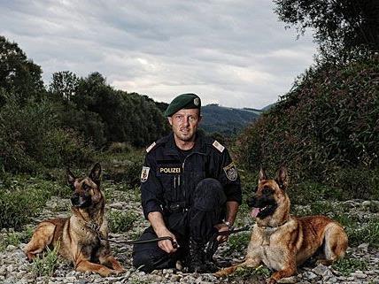 """Johann Hengstberger, Leiter der Polizeidiensthundeinspektion St. Pölten mit Diensthunden """"Flic le Bosseur"""" (links) und """"Kosmo of flying porkies"""" (rechts)"""