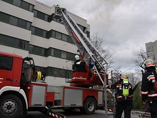 Die Feuerwehr probte bei der Einsatzübung in Donaustadt den Außenangriff