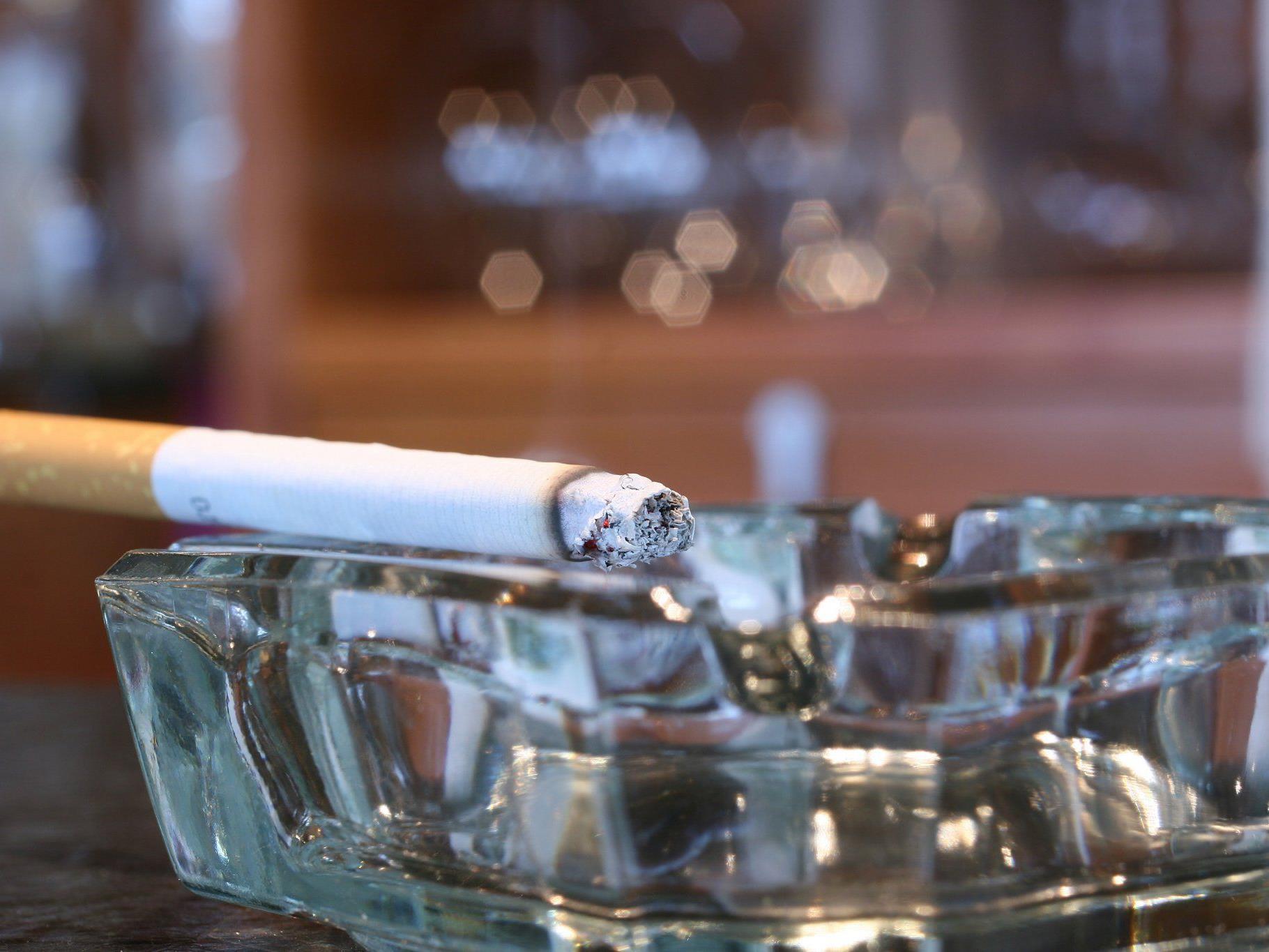 Zwei Schachteln am Tag raucht der kleine Ilham aus Indonesien.