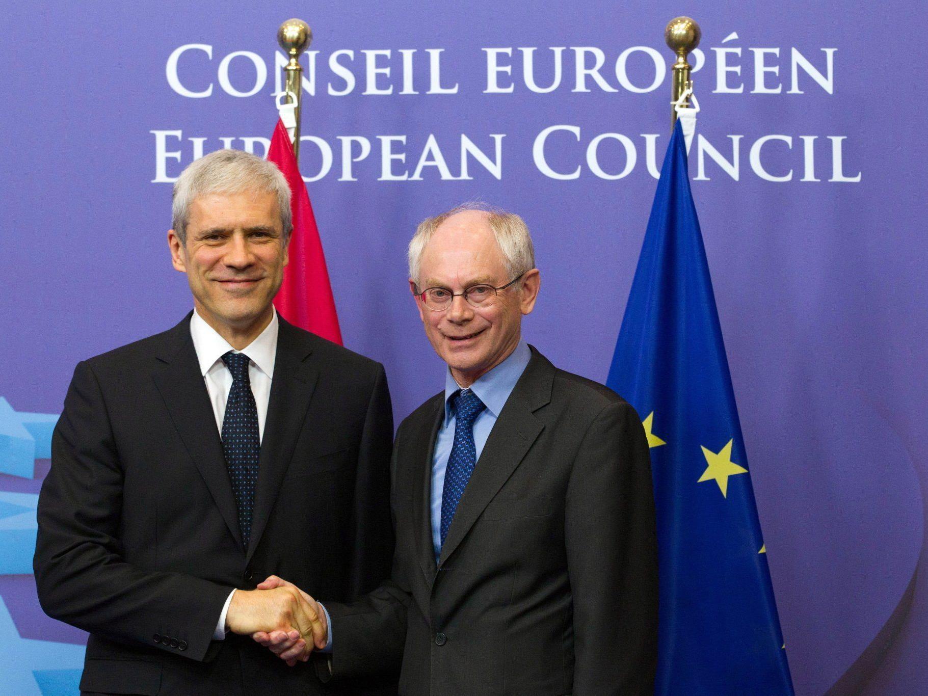 Herman Van Rompuy (r.), Präsident des Europarates, begrüßt den serbischen Präsidenten Boris Tadic.
