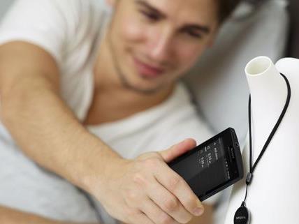SmartTags bieten vielseitige Verwendungsmöglichkeiten: Durch Berührung wird besipilsweise automatisch der Wecker eingeschaltet.