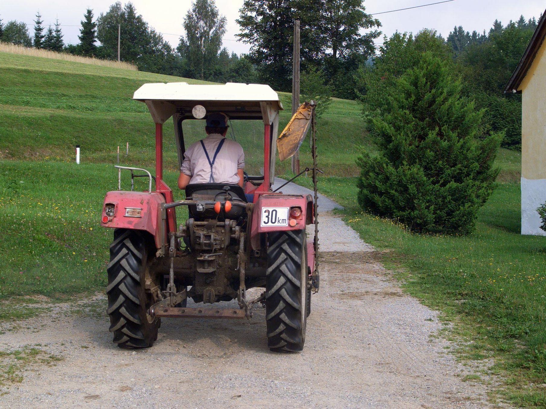 Ein 91-jähriger Pensionist starb in Oberösterreich nach einem Traktor-Unfall.