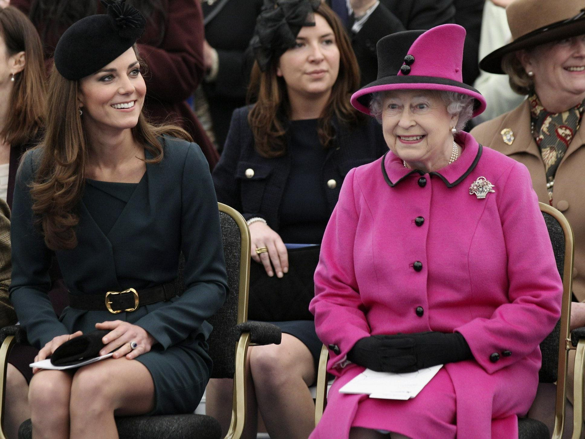 Kate und die Queen vor wenigen Tagen bei einer Fashionshow an der De Montfort University in Leicester, England.