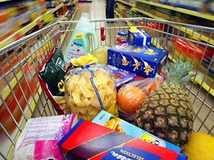 Das Paar wollte ohne zu Bezahlen mit zahlreichen Waren verschwinden.