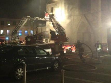 70 Feuerwehrmänner sind beim Brand im Wiener Neustädter Dom im Einsatz.