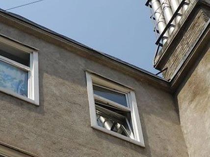 Der Mann zog sich bei dem Fenstersturz lebensgefährliche Verletzungen zu.