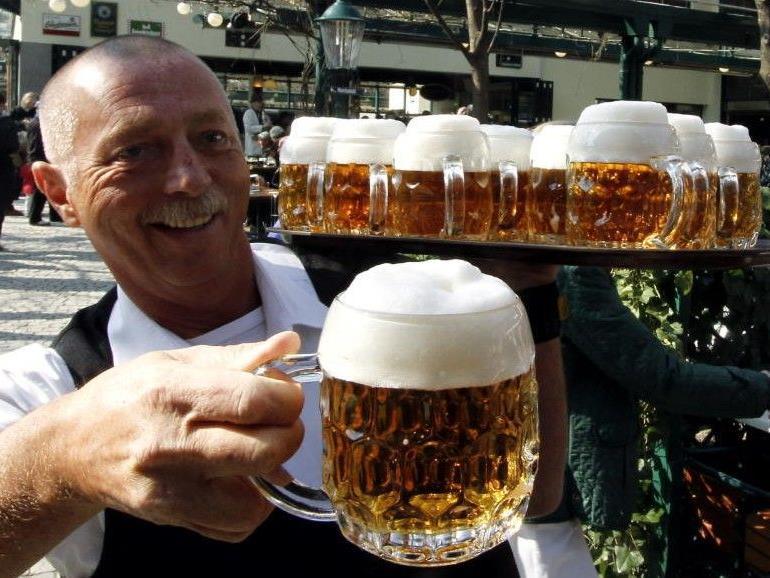 """""""Prost!"""" heißt es ab dem 15. März wieder im Schweizerhaus."""