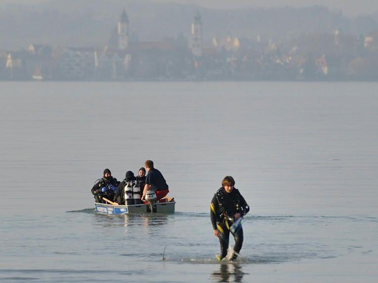 Einsatzkräfte setzen die Suche nach Vermissten nach dem Flugzeugabsturz in den Bodensee bei Bregenz fort.