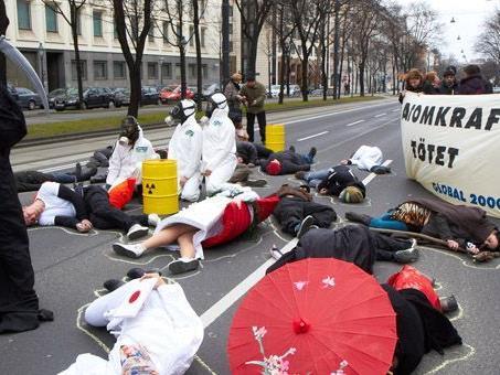 Fukushima-Jahrestag: Die Aktivisten von Global 2000 veranstalteten einen Flashmob in Wien.