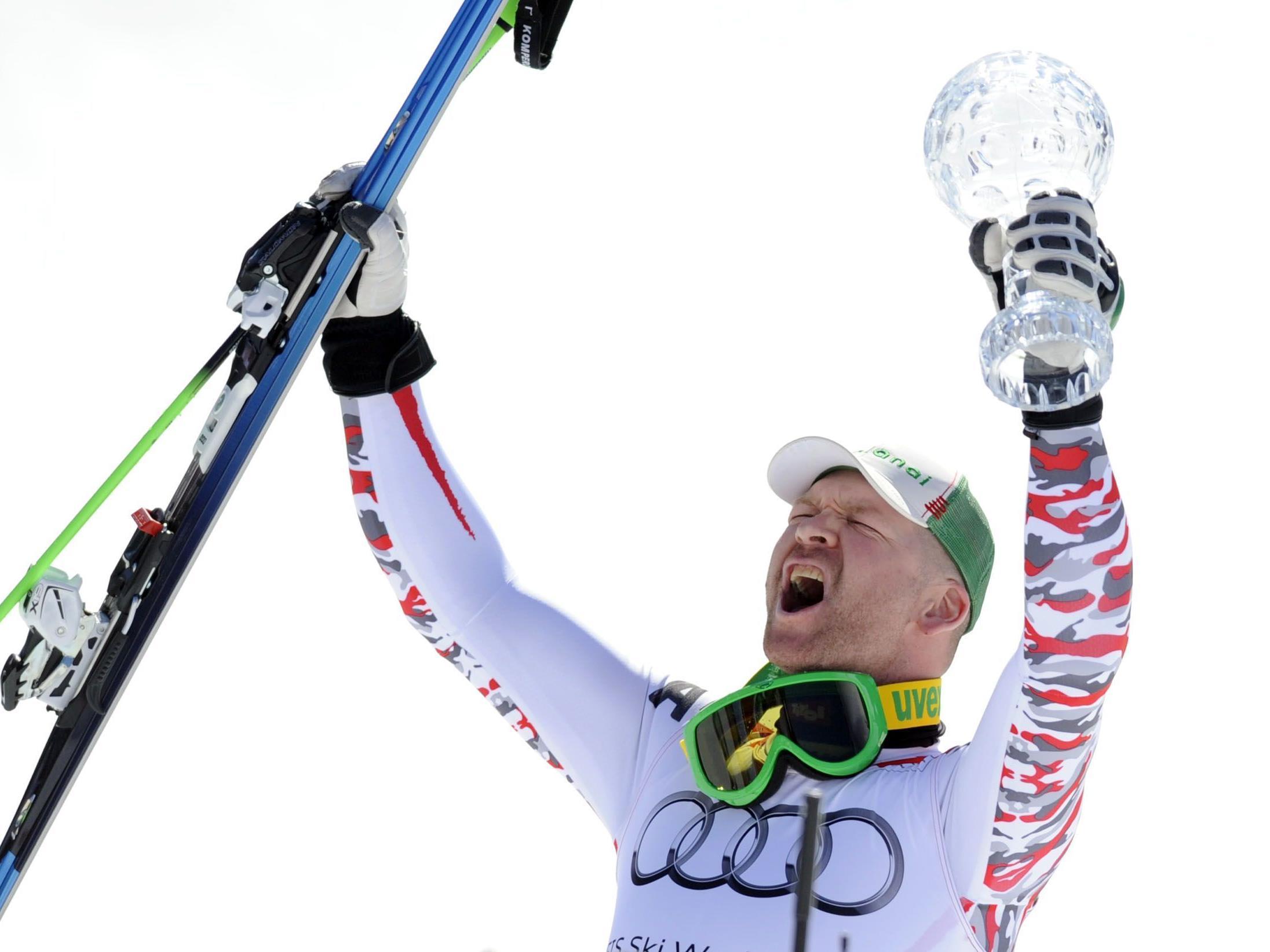 Klaus Kröll mit der Kristallkugel für den Abfahrts-Weltcupsieg.