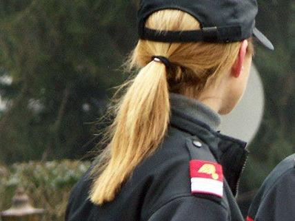 Die Polizistin wurde von der aufgebrachten 18-Jährigen angegriffen.