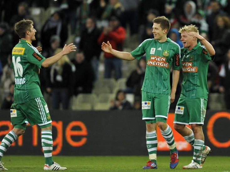 Rapid siegte verdient mit 3:0 gegen Kapfenberg. Rapid Spieler Boris Prokopic, Deni Alar und Thomas Prager jubeln über das 2:0.