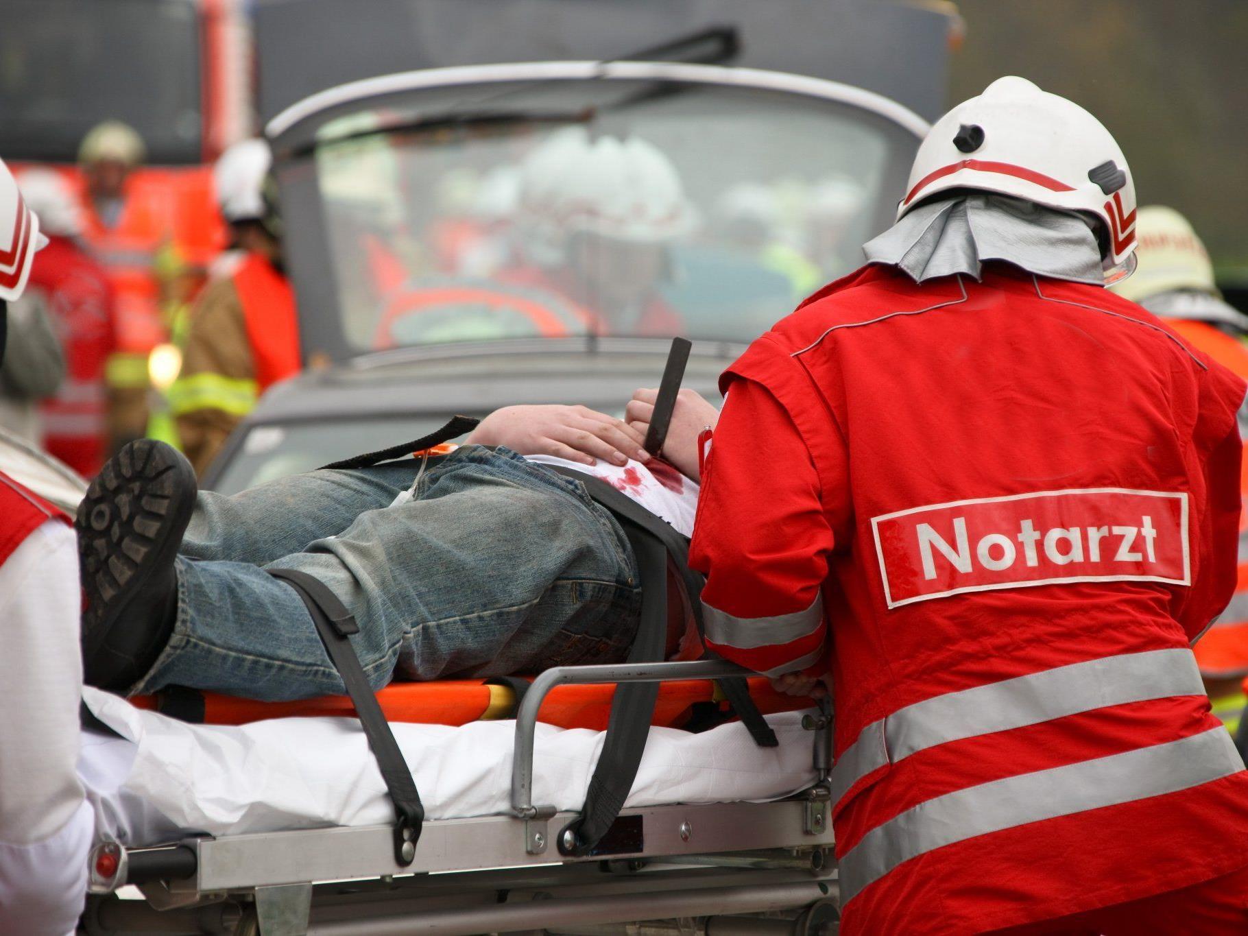 Ein Mann brach nach einem Arbeitsunfall in Wien in seinem Auto zusammen.