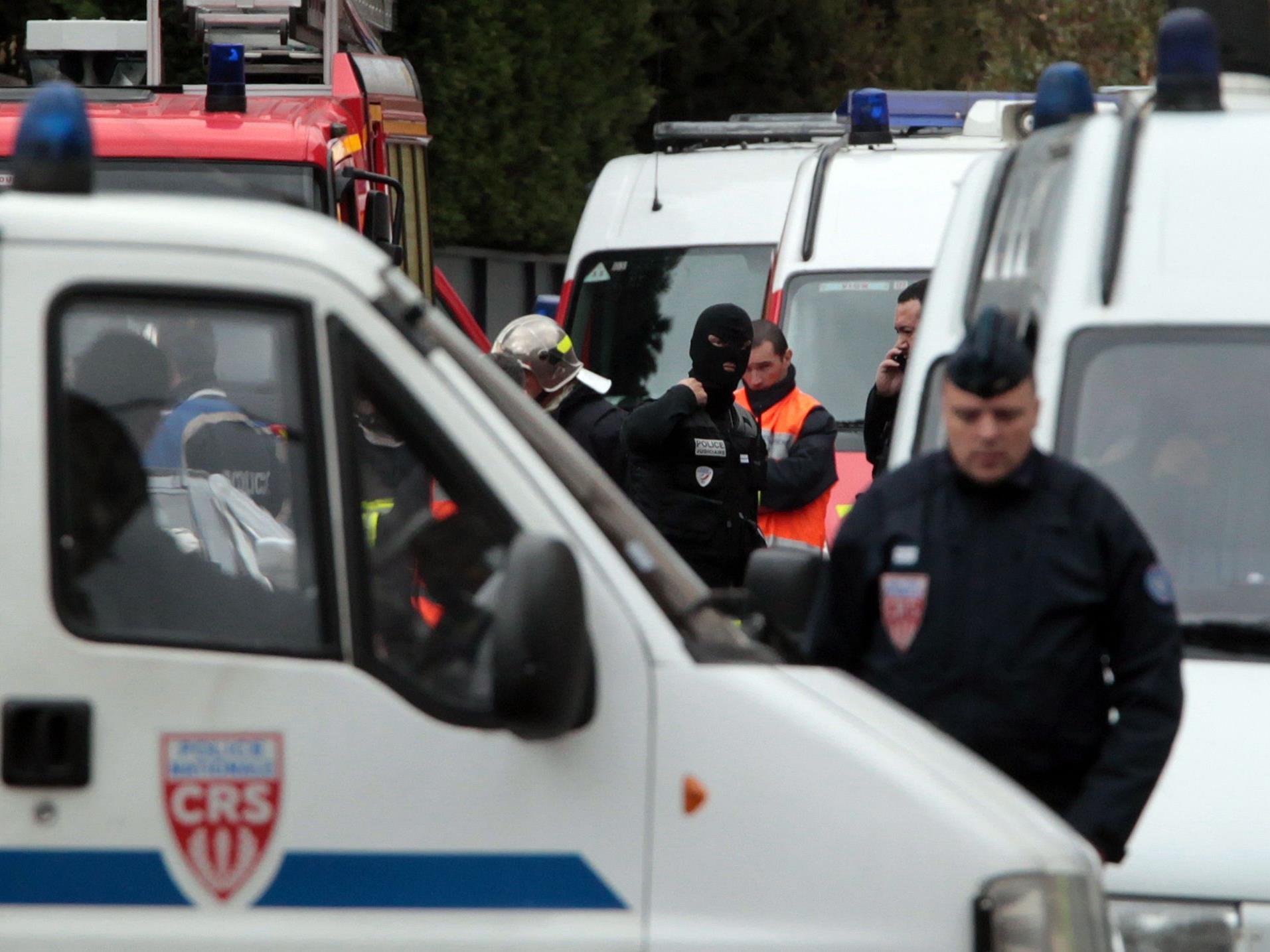 Die französische Polizei riegelte das Haus, in dem sich der Verdächtige aufhielt, ab.