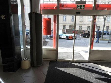 Überfall auf Geldtransorter: In einem Bankfoyer in Wien-Favoriten fielen die Schüsse.