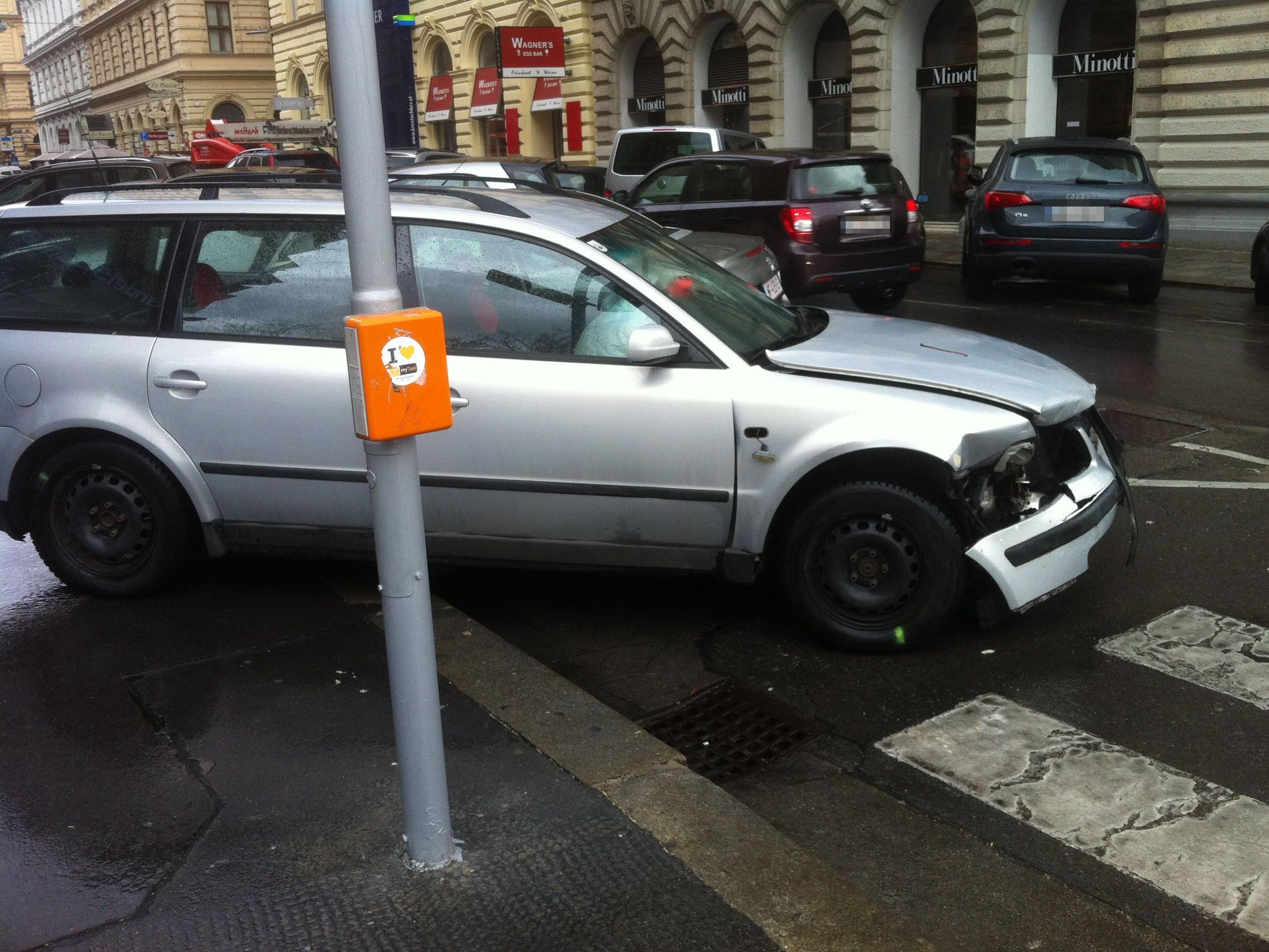 Unfall am Ring: Ein Auto krachte beim Abbiegen in eine Straßenbahn der Linie 2.