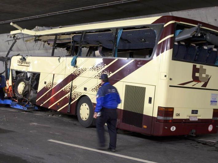 Das Busunternehmen gab zunächst keine Erklärungen oder Auskünfte.