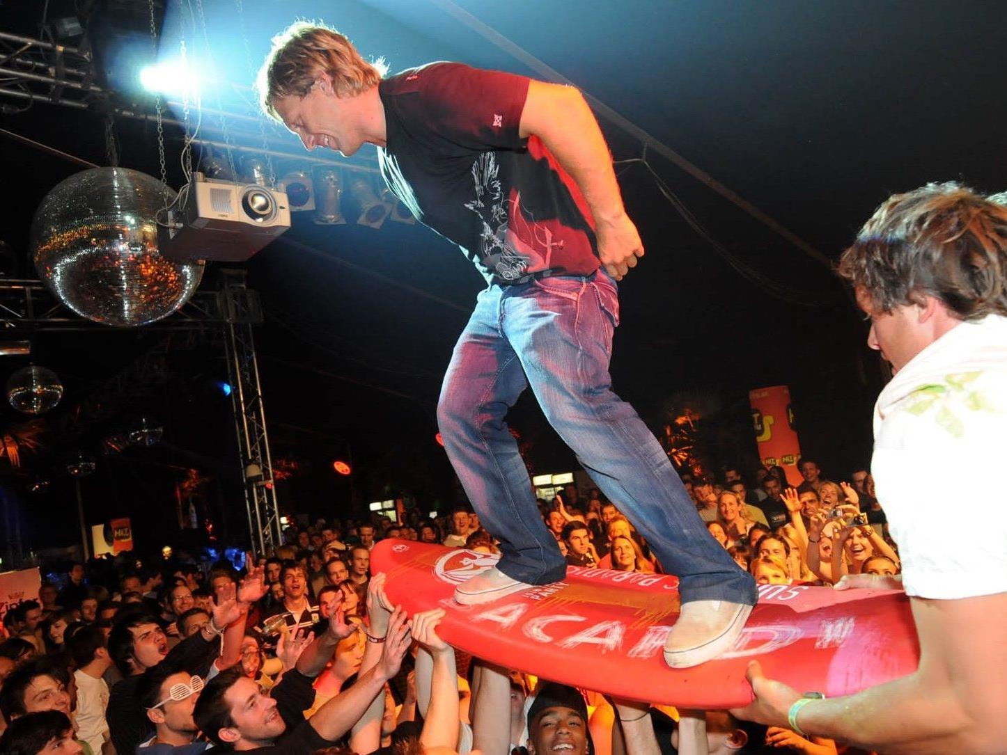 Am Tag gibt es Surfaction am Wasser, abends dann bei der Party in der Menge.