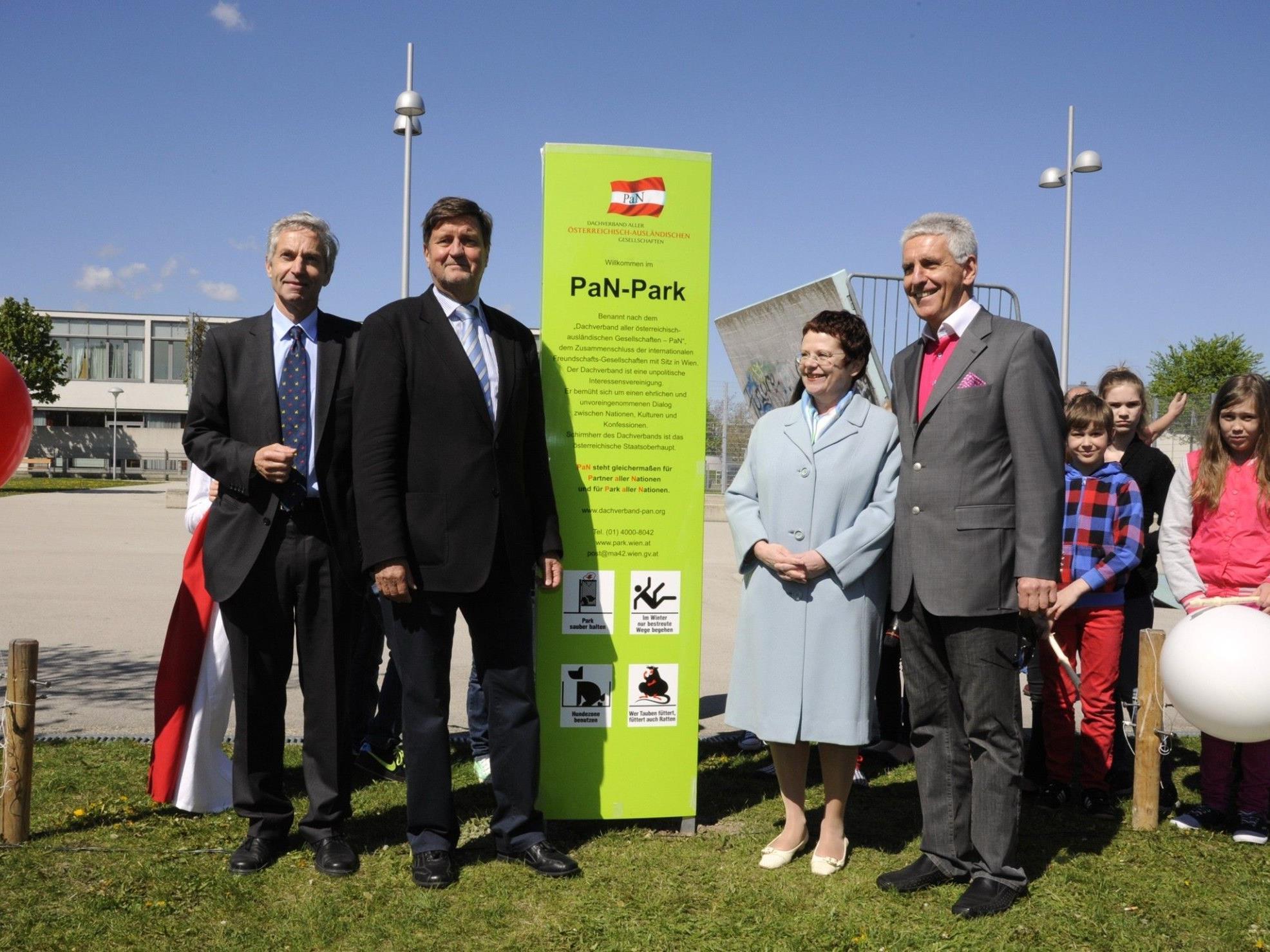 Ein Park aller Nationen in Liesing - Oskar Wawra (MD-EUI), Manfred Wurm (BV 23), Elke Atzler (BMeiA), Claus Walter (PaN)