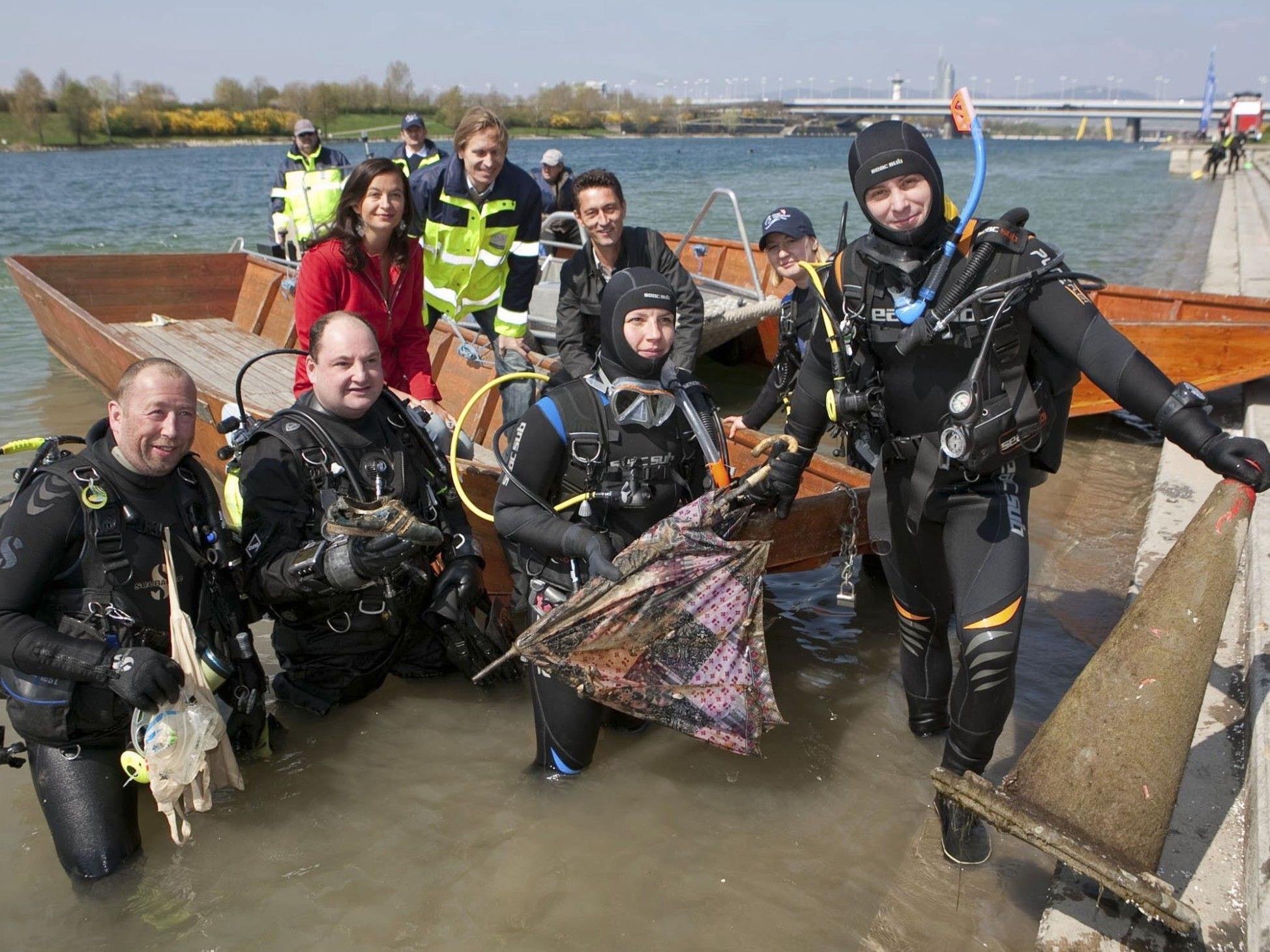 Nicht nur über, sondern auch unter dem Wasser wird geputzt. Die Taucher eröffnen damit auch gleich ihre Saison.