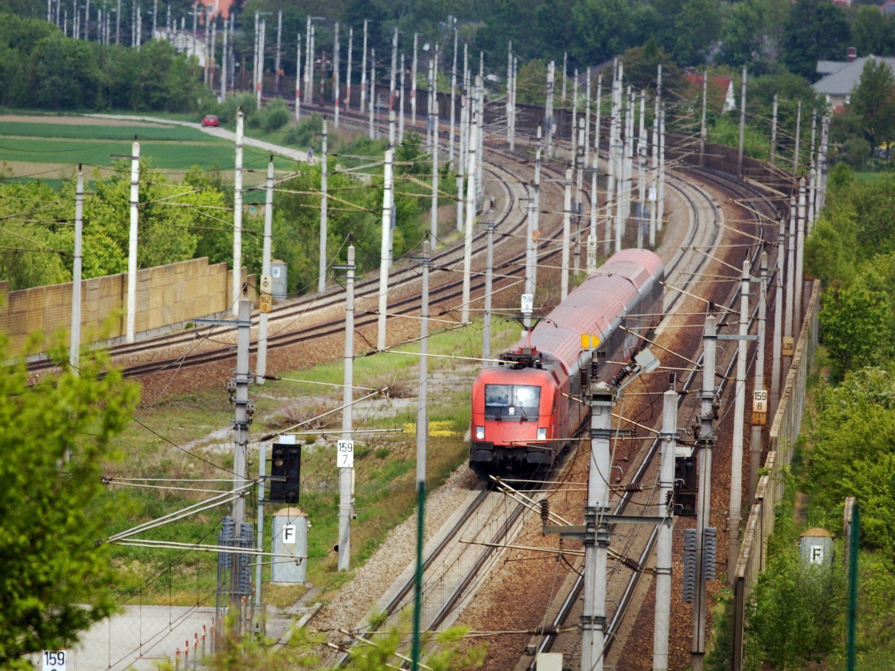 Ein 14-jähriger Bub wurde von der Aspangbahn erfasst und getötet.