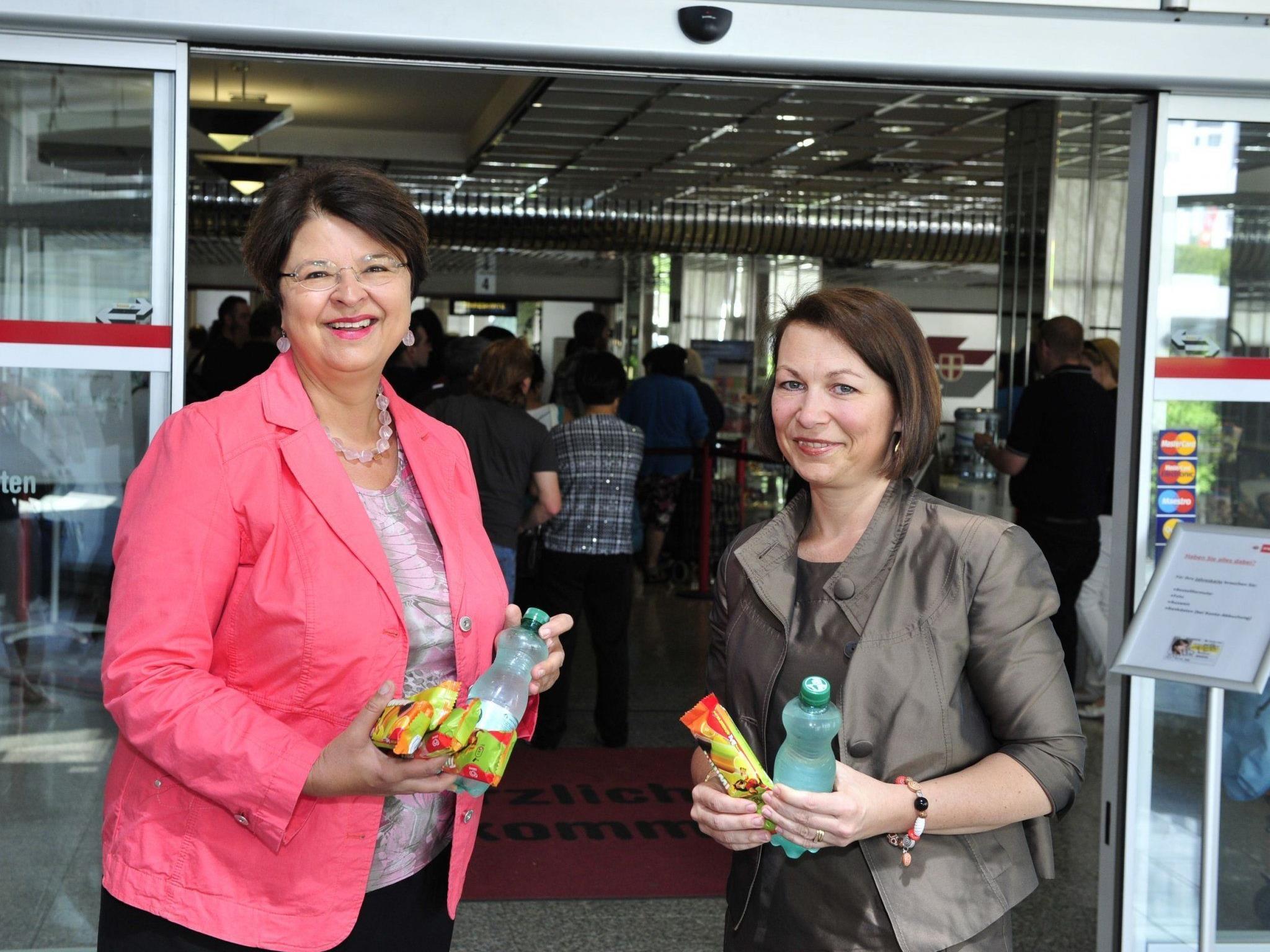 Renate Brauner und Alexandra Reinagl erfrischten die Kunden der Wiener Linien, die sich für die neue Jahreskarte anstellten.