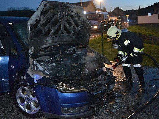 In Pitten ging ein Pkw plötzlich in Flammen auf
