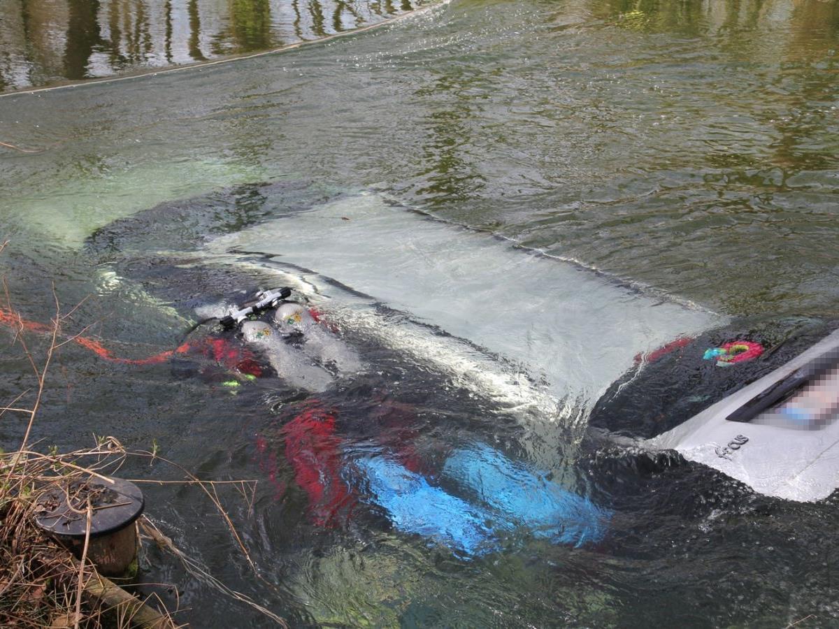 Der Mann konnte sich und seine beiden Kinder selbst retten bevor der Wagen im Wasser unterging.