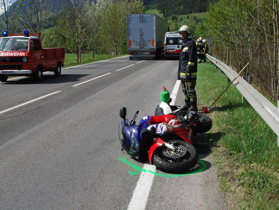 Ein Motorradfahrer wurde bei diesem Crash bei Payerbach verletzt