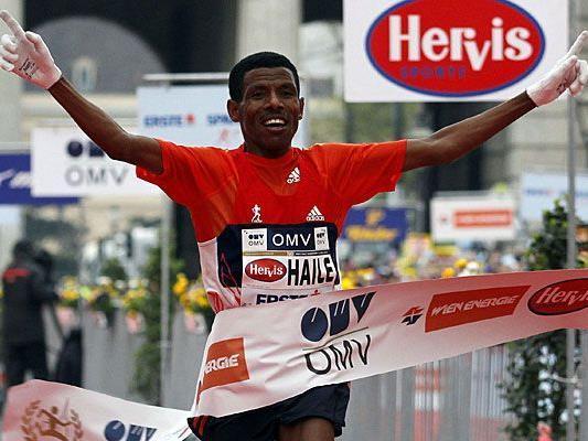 Strahlender Sieger Haile Gebrselassie beim Zieleinlauf beim Vienna City Marathon 2012