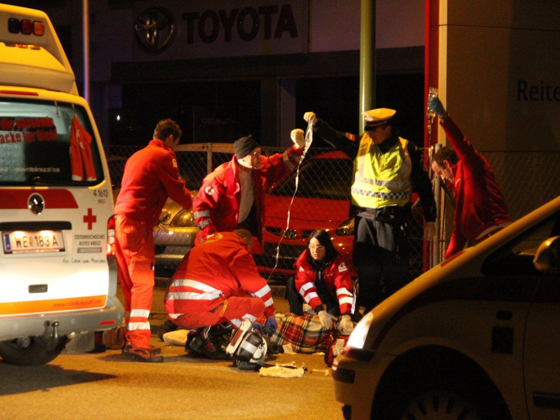 Der Verunfallte musste von Rettungssanitätern versorgt werden.