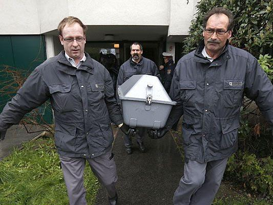 Nach der zweifachen Bluttat in Wien-Donaustadt werden die beiden Leichen abtransportiert