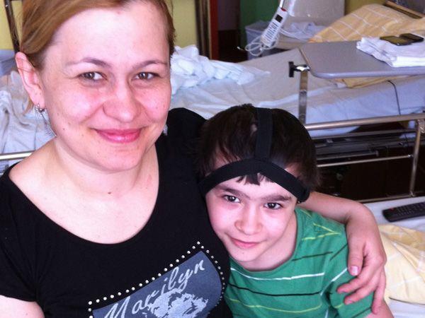 Patient Margomed M. und seine Mutter kurz nach dem Einsetzen des Hörimplantats. Der Patient ist wohlauf!